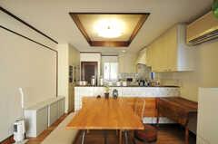 ダイニングとキッチン全体の様子2。(2012-12-25,共用部,LIVINGROOM,1F)