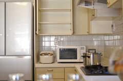 キッチン家電と棚の様子。(2012-12-25,共用部,KITCHEN,1F)