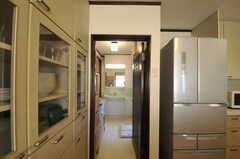 キッチン側から見た脱衣室の様子。正面に洗面台が置かれています。(2012-12-25,共用部,BATH,1F)
