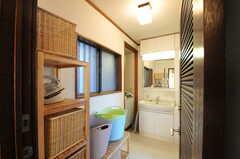 キッチン側から見た脱衣室の様子2。(2012-12-25,共用部,BATH,1F)