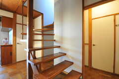 階段の様子。蹴込がなく開放的です。(2012-12-25,共用部,OTHER,1F)