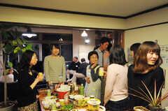 ウエルカムパーティーの様子。おばあちゃんコンシェルジュも参加しています。(2013-03-17,共用部,PARTY,1F)