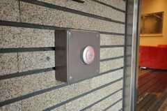 カードをかざすと玄関のドアが開きます。(2009-12-21,共用部,OTHER,1F)