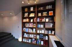 本棚にはそれぞれテーマが設定されています。(2009-12-21,共用部,LIVINGROOM,1F)