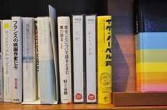 貸出中は本の代わりにプラスチックのケースを置きます。(2010-02-27,共用部,OTHER,1F)