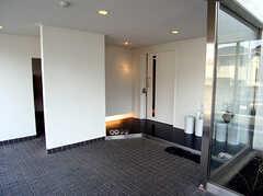 シェアハウスのエントランス2。奥のドアの先は廊下です。(2007-03-10,周辺環境,ENTRANCE,1F)