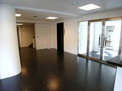 廊下の様子。右手のガラス戸の奥がラウンジです。(2007-03-10,共用部,OTHER,1F)
