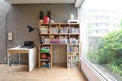 本棚の様子。入居者さんが持ち寄った漫画が並んでいます。(2016-06-06,共用部,OTHER,1F)