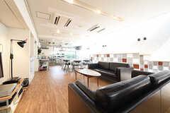 ソファスペースの奥には、ダイニングキッチンがあります。(2016-06-06,共用部,LIVINGROOM,1F)