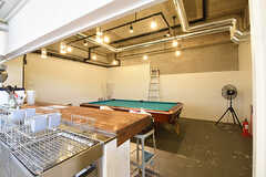 キッチンの奥にビリヤード台が設置されたプールバーがあります。(2016-06-06,共用部,OTHER,1F)