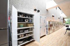 食器棚には共用の鍋やボウルが収納されています。(2016-06-06,共用部,OTHER,1F)