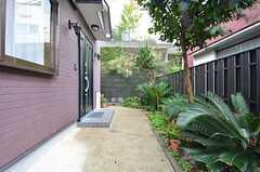 玄関へのアプローチ。(2014-10-15,周辺環境,ENTRANCE,1F)