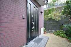 玄関ドアの様子。(2014-10-15,周辺環境,ENTRANCE,1F)