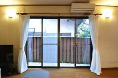 窓からは外に出られます。(2014-10-15,共用部,LIVINGROOM,1F)