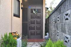 玄関ドアの様子。(2018-10-10,周辺環境,ENTRANCE,1F)