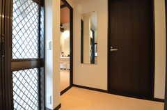 玄関を入ってすぐ左手にリビングがあります。出掛けに全身鏡で身だしなみをチェック。(2015-05-19,周辺環境,ENTRANCE,1F)