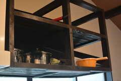 フライパンや鍋類は上部の棚に収納します。(2015-05-19,共用部,KITCHEN,1F)