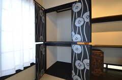 収納の様子。扉の裏側に壁紙が貼られています。(102号室)(2015-05-19,専有部,ROOM,1F)