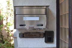 郵便受けとカメラ付きインターホンの様子。昔の郵便受けも残されています。(2020-10-27,周辺環境,ENTRANCE,1F)