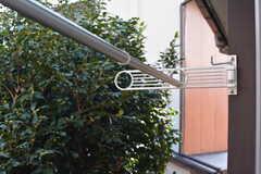 窓の外に洗濯物が干せます。(202号室)(2020-10-27,専有部,ROOM,2F)