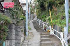 シェアハウスの前の道は階段状の坂になっています。(2019-12-06,共用部,ENVIRONMENT,1F)