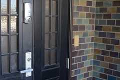 玄関ドアの様子。(2013-11-27,周辺環境,ENTRANCE,1F)
