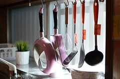 調理道具はフックに掛けて収納します。(2013-11-27,共用部,KITCHEN,1F)