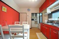 キッチンの脇に棚が設けられています。(2013-11-27,共用部,KITCHEN,1F)