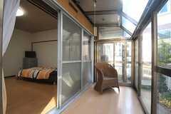 掃き出し窓の外は専用のサンルームです。(102号室)(2013-11-27,専有部,ROOM,1F)