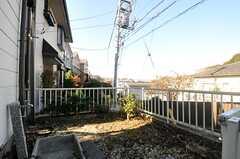 玄関脇はちょっとした庭スペースになっています。(2013-11-27,共用部,OTHER,1F)