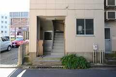 大通りの反対側に玄関へ続く階段があります。エレベーターはありません。(2012-11-21,共用部,OUTLOOK,1F)
