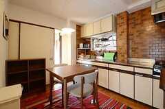 リビングの様子。奥の扉は301号室に続きます。(2012-11-21,共用部,LIVINGROOM,3F)