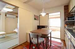 リビングの様子2。左手の扉は302号室に続きます。(2012-11-21,共用部,LIVINGROOM,3F)