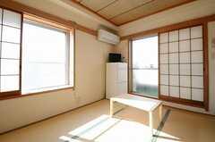 専有部の様子2。奥の窓からベランダに出られます。(401号室)(2012-11-21,専有部,ROOM,4F)