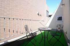 ベランダの様子。テーブルとチェアが置かれています。(401号室)(2012-11-21,専有部,ROOM,4F)