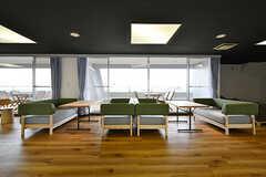 窓際はソファが並びます。(2017-04-06,共用部,LIVINGROOM,2F)