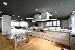 キッチンの様子2。システムキッチンが3台設置されています。(2017-04-06,共用部,KITCHEN,2F)