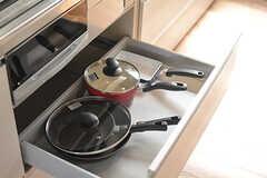 フライパンや鍋類は引き出しに収納されています。(2017-04-06,共用部,KITCHEN,2F)