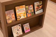 作業台の側面にはレシピ本が並んでいます。(2018-02-23,共用部,KITCHEN,1F)
