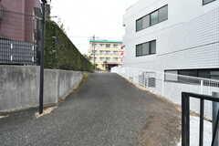 裏手に車の通れる道があります。駅に行くにはこちらが近道。(2018-02-23,共用部,GARAGE,1F)