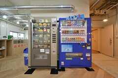 キッチンの一角にドリンクとフードの自動販売機が設置されています。(2016-04-21,共用部,OTHER,1F)