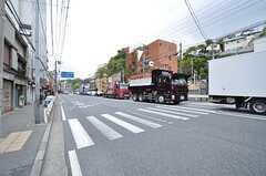 JR東海道線・保土ヶ谷駅からシェアハウスに向かう道の様子。東海道は大型車の交通量が多いです。(2016-04-21,共用部,ENVIRONMENT,1F)