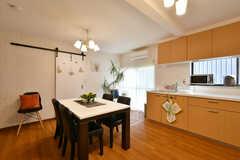 リビングの様子。キッチンが併設されています。(2020-12-16,共用部,LIVINGROOM,1F)