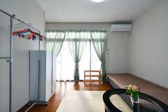 掃き出し窓から外に出られます。(101号室)(2020-12-16,専有部,ROOM,1F)