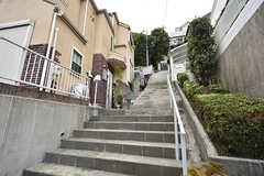階段を上った先にシェアハウスがあります。(2016-07-27,共用部,OUTLOOK,1F)