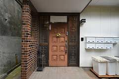 シェアハウスの玄関ドア。(2016-07-27,周辺環境,ENTRANCE,1F)