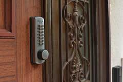 玄関の鍵はナンバー式です。(2016-07-27,周辺環境,ENTRANCE,1F)