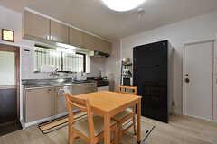 リビングの様子。キッチンが併設されています。(2016-07-27,共用部,LIVINGROOM,1F)