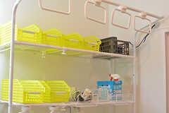 洗剤などランドリーグッズを入れておけるカゴ。タオル掛けも設置されています。(2016-07-27,共用部,LAUNDRY,1F)