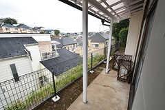 窓の外には洗濯物が干せます。屋根付きなのが嬉しい。(104号室)(2016-07-27,専有部,ROOM,1F)